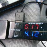 電流電圧テスターでモバイルバッテリーの電流を確認する。