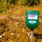 土壌酸度計で土壌の様子を知る。そして酸性土からアルカリ土へ。